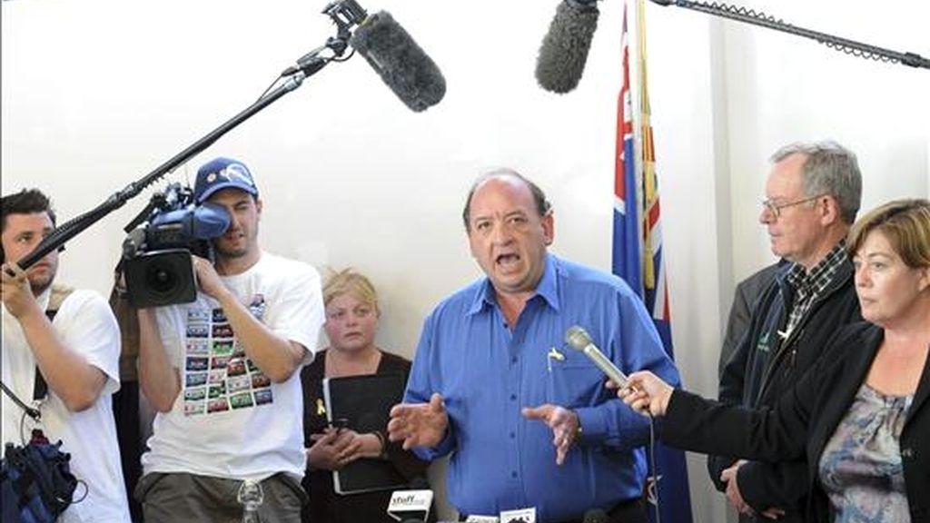 El consejero delegado de la empresa Pike River, durante la rueda de prensa celebrada para informar de una segunda explosión de gas metano en la galería de carbón Pike River, donde permanecían atrapados 29 mineros desde el pasado 19 de noviembre, en Greymouth (Nueva Zelanda), hoy, miércoles, 24 de noviembre de 2010. EFE