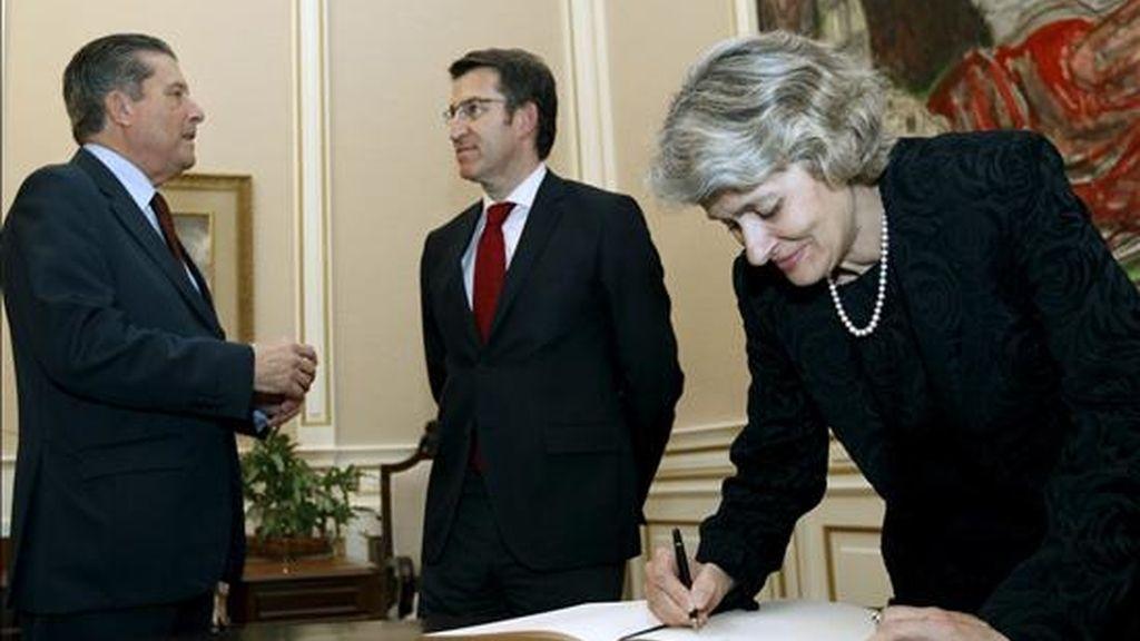 La directora general de la UNESCO, la búlgara Irina Bukova (d) firma en el libro de la Xunta, en presencia de su antecesor en el cargo, Federico Mayor Zaragoza (i) y del presidente de la Xunta, Alberto Núñez Feijóo (c), durante la recepción ofrecida por la Xunta a los participantes en el congreso internacional sobre el derecho humano a la paz, que se inscribe en el Foro-2010, esta tarde en Santiago de Compostela. EFE