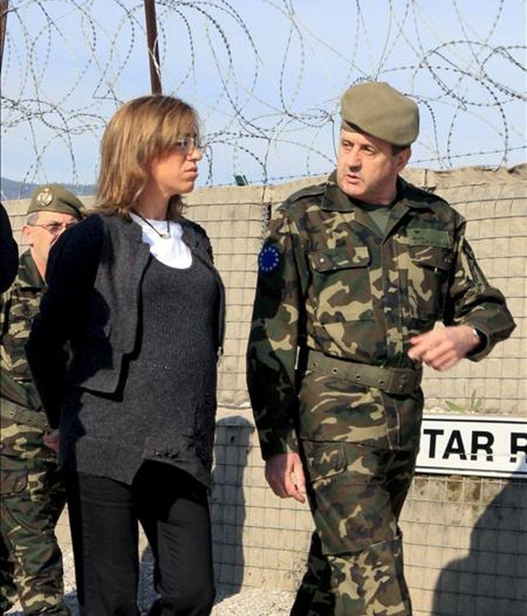 La ministra de Defensa, Carme Chacón, conversa con Ignacio Martín Villalaín, el nuevo segundo jefe del Estado Mayor del Ejército, durante una visita a Sarajevo. EFE/Archivo