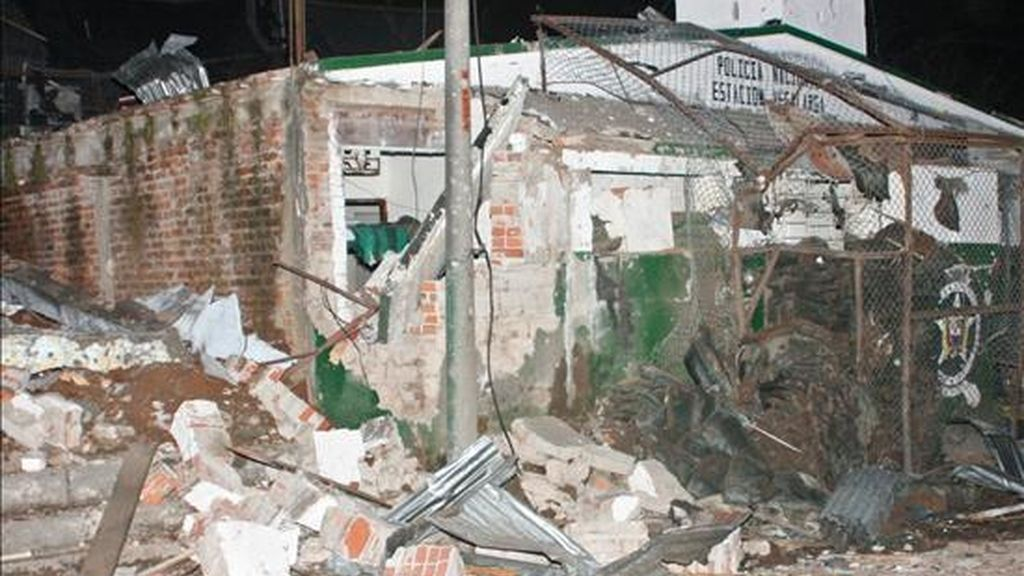 Imagen cedida este 1 de diciembre por el Diario del Huila en la que se observa la destruida estación de policía del municipio de Vegalarga, departamento del Huila (Colombia), tras el estallido de un carro bomba en la noche del 30 de noviembre de 2010. EFE/Diario del Huila