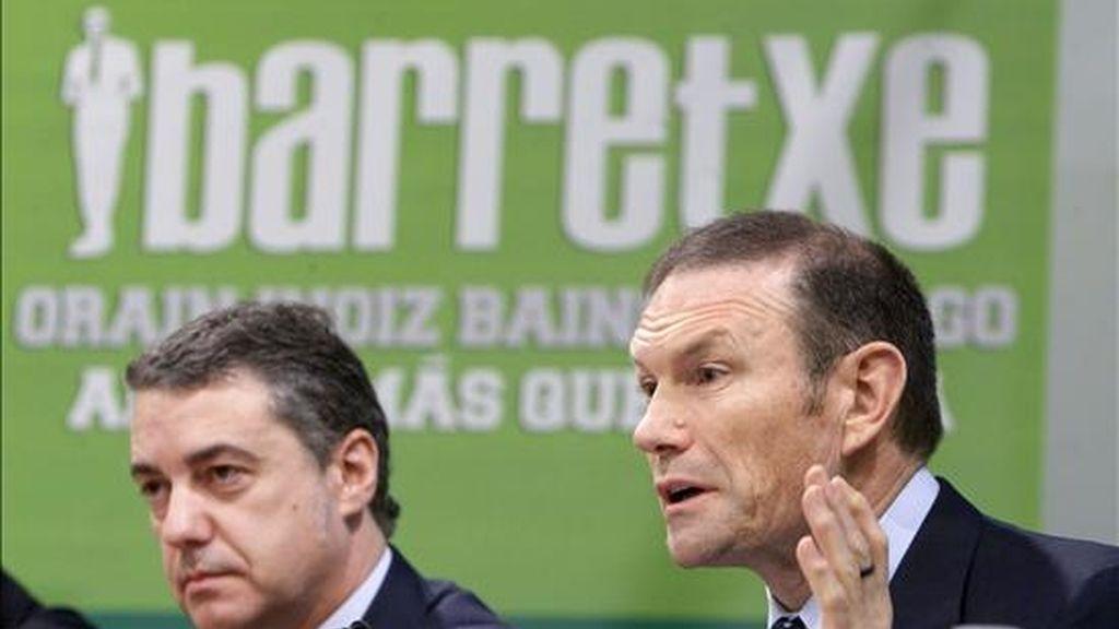 El lehendakari y candidato a la reelección por el PNV, Juan José Ibarretxe (d), junto al presidente de su partido Íñigo Urkullu (i), en el acto de presentación del programa electoral que han celebrado hoy en Vitoria. EFE