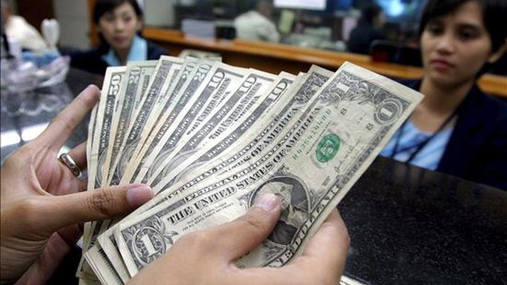 """La compra de dólares en el Banco Central se activó el 3 de septiembre """"con la abrupta demanda"""" ese día por 10 millones de dólares, obligando al ente emisor a incrementar su oferta a 15 millones, después a 20 y actualmente a 50 millones de dólares. EFE/Archivo"""