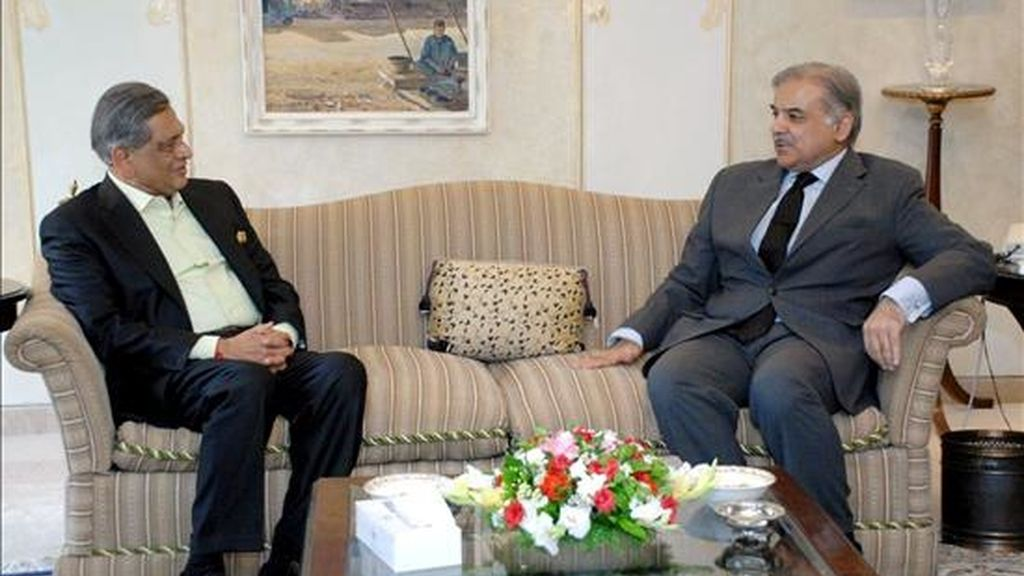 Imagen facilitada por el partido de la Liga Musulmana (PML-N) este viernes que muestra a su presidente, Mian Shahbaz Sharif (d), durante un encuentro con el ministro indio de Exteriores, S. M. Krishna, en Islamabad. EFE/PML-N