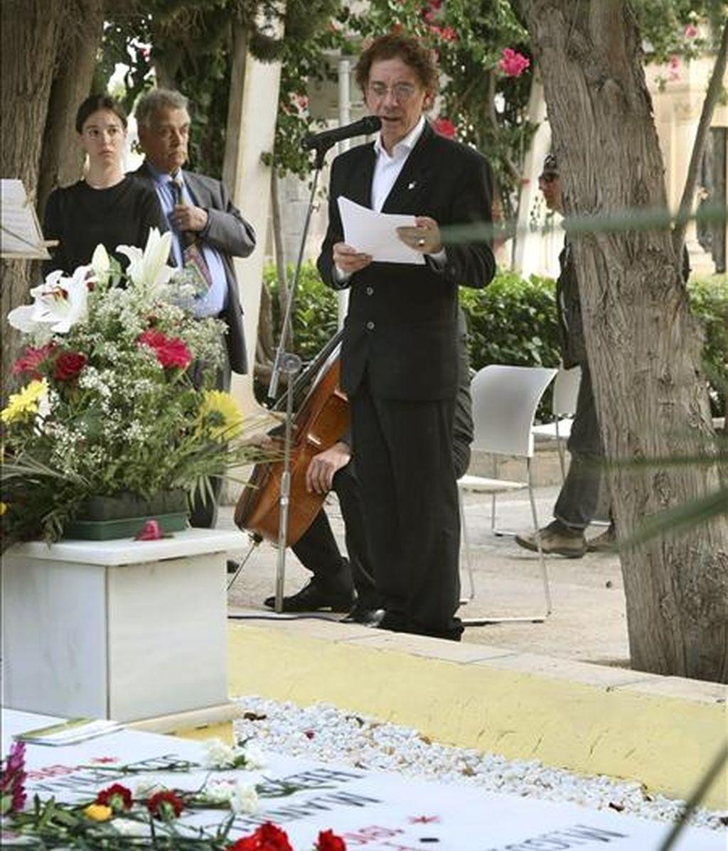 """El poeta Juan Carlos Mestre, declaró: """"Creo radicalmente en la utilidad de la poesía, porque creo en la utilidad de las palabras"""".  EFE/Archivo"""