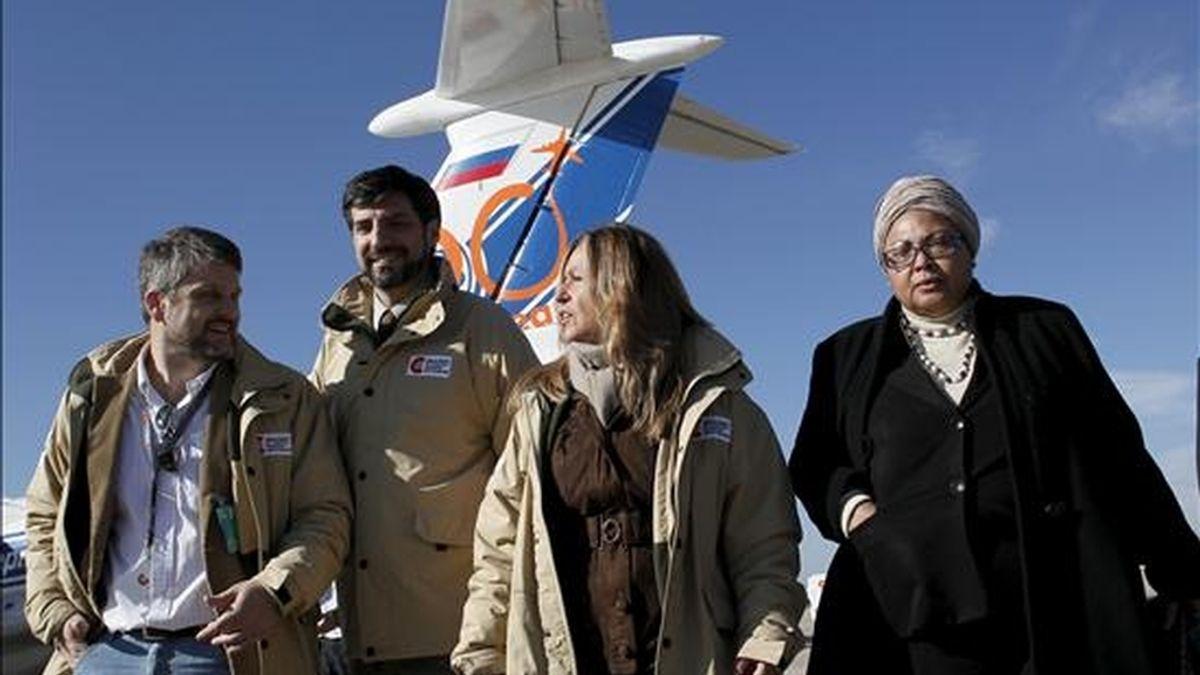 La ministra de Asuntos Exteriores y Cooperación, Trinidad Jiménez, junto a la embajadora de Haití en España, Yolette Azor-Charles, en la base aérea de Torrejón de Ardoz, antes de la salida de un nuevo envío de suministros sanitarios para atender a los afectados por el de cólera en Haití. EFE