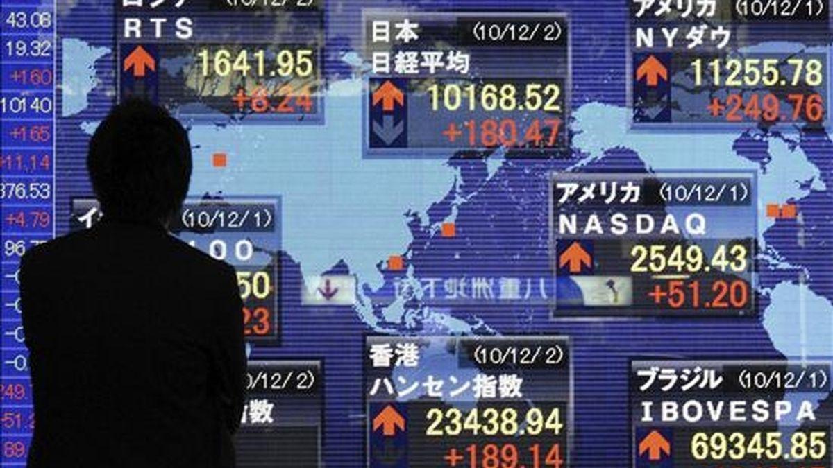 Un hombre se interesa por los cierres de los parqués en el mundo, en Tokio (Japón). EFE/Archivo