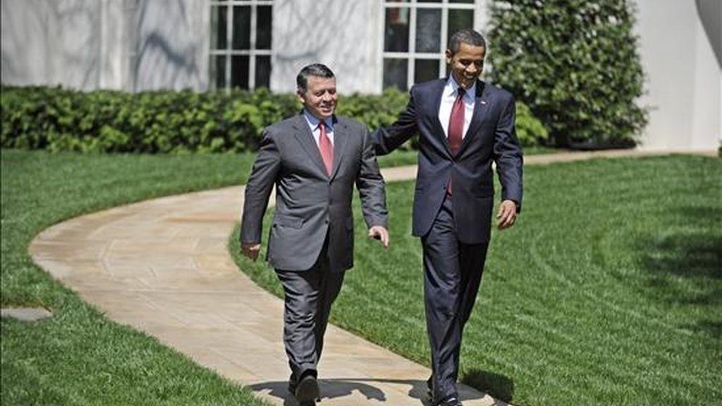 El presidente de los Estados Unidos, Barack Obama, (d), camina junto al Rey Abdullah II de Jordania por el ala sur de la Casa Blanca, en Washington, Estados Unidos. EFE
