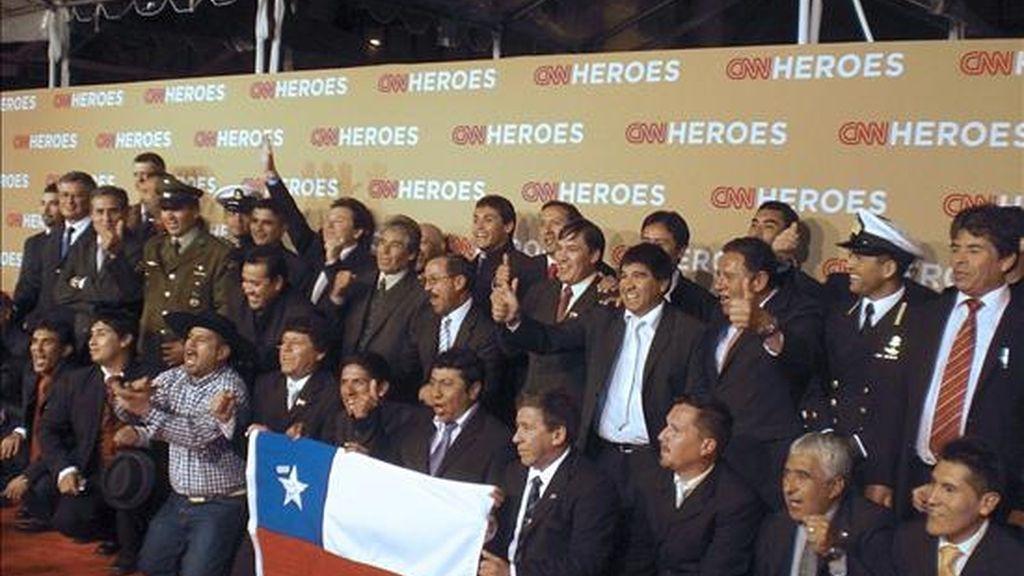 """Los mineros que estuvieron 70 días bajo tierra en un yacimiento del norte de Chile se convirtieron el 21 de noviembre en los grandes protagonistas de la alfombra roja del programa de televisión """"CNN Heroes: An All-Star Tribute"""", donde se fotografiaron con la bandera de su país al grito de """"Chi, chi, chi, le, le, le"""". EFE"""