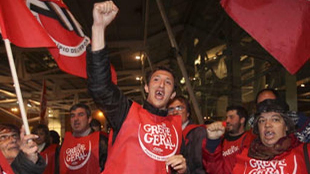 Miembros del sindicato de trabajadores municipales de Lisboa se reúnen al comienzo de la huelga general. Foto: EFE.