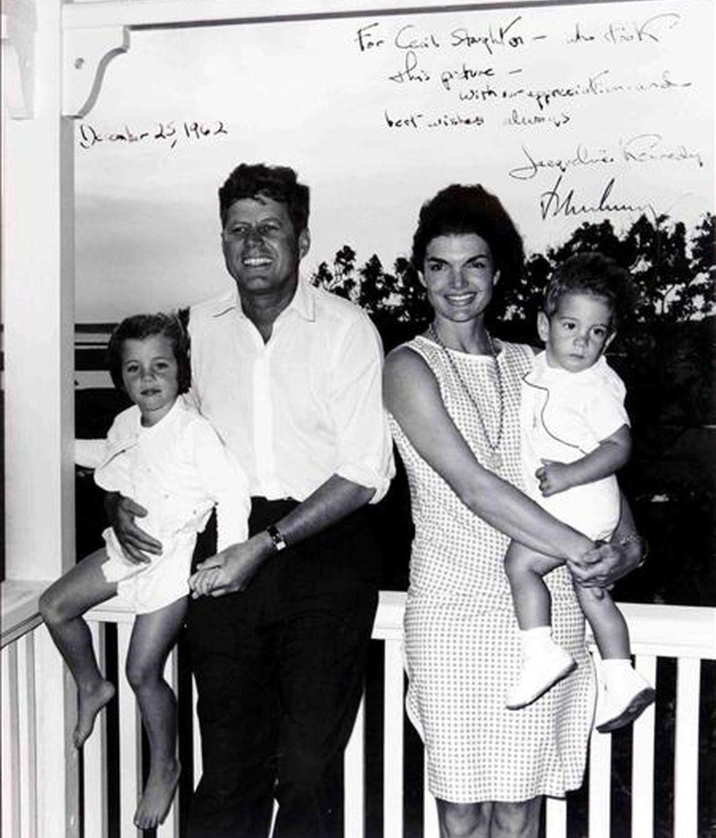 Foto cedida por Bonhams tomada por Cecil Stoughton, jefe de fotografía de la Casa Blanca en 1963, realizada al presidente de EE.UU. John F. Kennedy junto su esposa Jackie y sus hijos Caroline y John Jr. en el Cabo. EFE