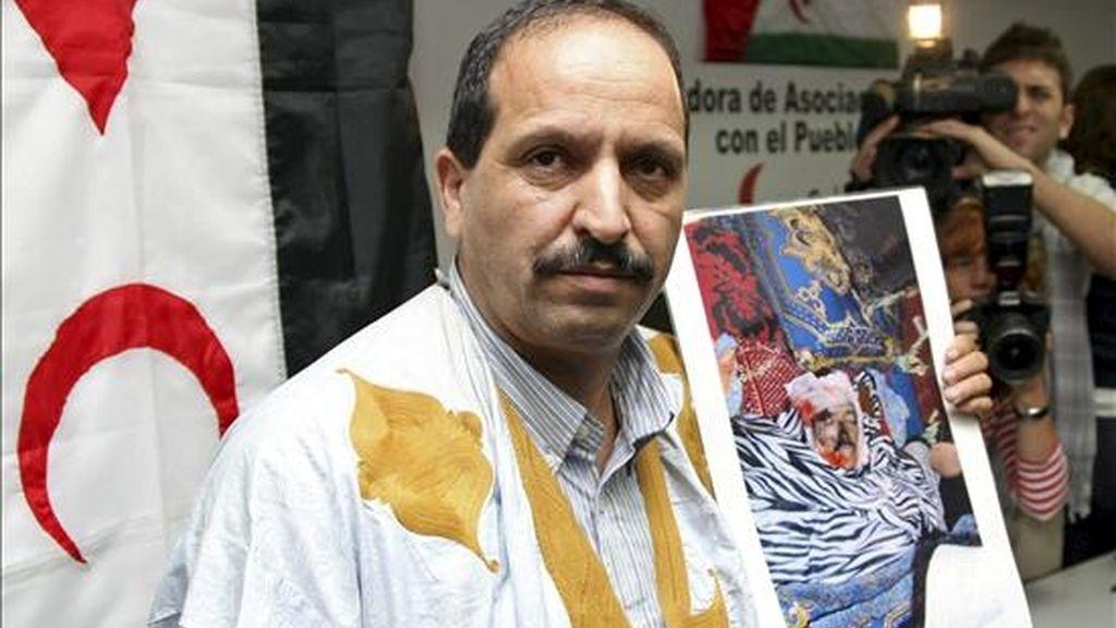 Lahmad Mulud Ali muestra una fotografía de su hermano Babi Hamadi Buyema, el español de origen saharaui fallecido durante los enfrentamientos registrados en El Aaiún. EFE/Archivo
