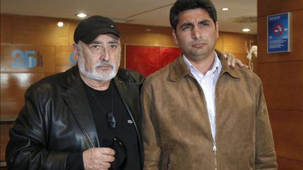 Peret (i) y Juan José Cortés, padre de Mariluz, la niña asesinada en enero de 2008 en Huelva, antes de la rueda de prensa para presentar la entrega de los II Premios de Cultura Gitana 8 de Abril, con la presencia de los galardonados. EFE