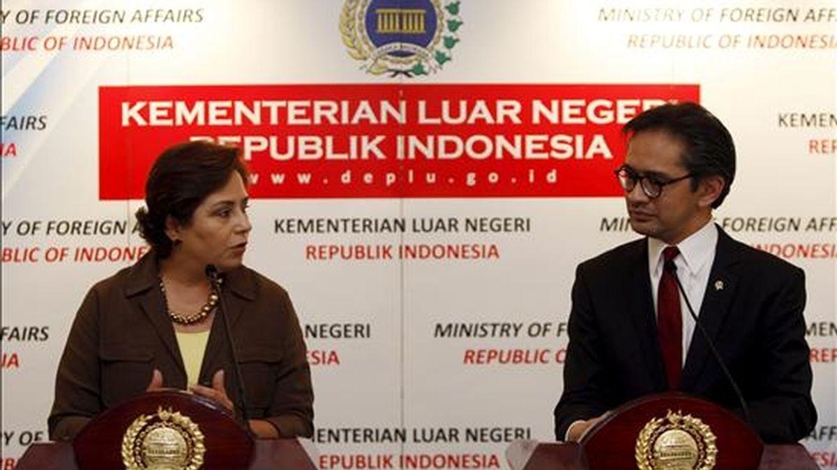 La ministra mexicana de Exteriores, Patricia Espinosa (i), y su homólogo indonesio, Marty Natalegawa, ofrecen una rueda de prensa al término de su reunión en Yakarta (Indonesia), hoy, 8 de julio. Espinosa se encuentra de visita oficial en Indonesia. EFE