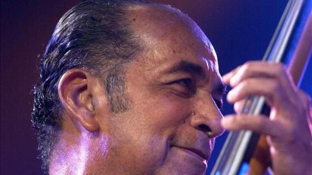 """Fotografía del pasado 19 de julio de 2001 en la que se ve al contrabajista cubano Orlando """"Cachaíto"""" López, actuando con su banda en el festival de jazz de la ciudad de Vitoria. EFE/Archivo"""
