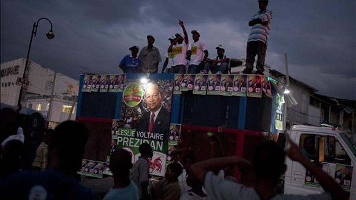 Varias personas asisten a un acto electoral del candidato presidencial Leslie Voltaire el 22 de noviembre de 2010, en una calle de Champ Mars en Puerto Príncipe (Haití). El país caribeño celebrará elecciones presidenciales y legislativas el próximo 28 de noviembre. EFE