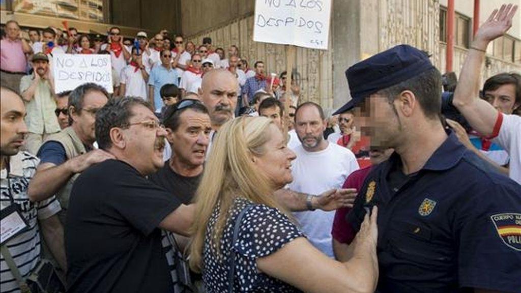 El director de La Semana Negra de Gijón, Paco Ignacio Taibo (i), acompañado de su mujer, trata de calmar a un miembro de la Policía Nacional, durante los incidentes producidos por una manifestación de trabajadores de la empresa Chupa Chups, que han protestado contra el cierre de la fábrica que esta empresa tiene en Asturias. EFE
