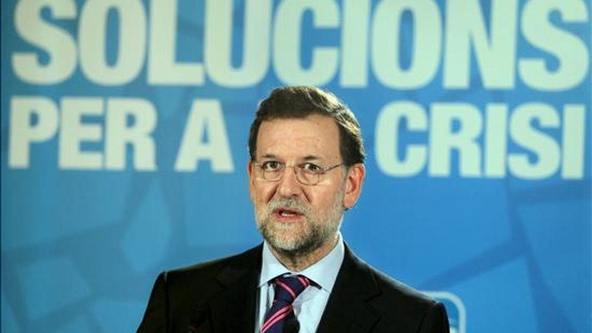 """El presidente del Partido Popular (PP), Mariano Rajoy, durante su comparecencia al término de la reunión de la Junta Directiva de los populares catalanes esta tarde en Barcelona, donde ha subrayado que el presidente del Gobierno, José Luis Rodríguez Zapatero, sigue generando """"una desconfianza atroz"""" a pesar del paquete de medidas económicas anunciado hoy por el Ejecutivo, y le ha reprochado que se mueva por """"vaivenes"""" y no siguiendo un """"plan completo"""". EFE"""