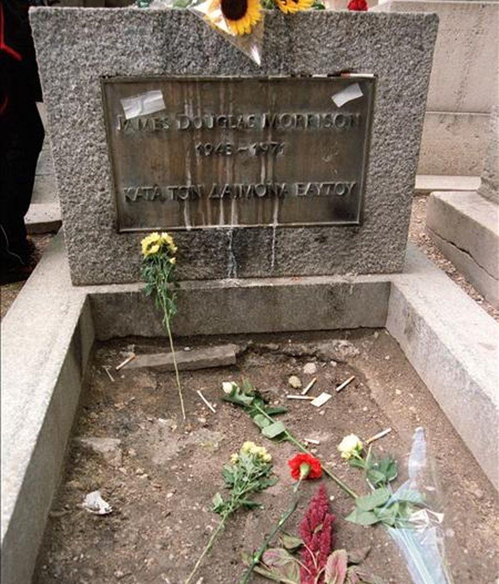 """El vocalista de """"The Doors"""", ídolo de masas que nació en Florida, fue encontrado muerto en una bañera en su vivienda de París en julio de 1971 a la edad de 27 años. En la imagen, la tumba de Jim Morrison. EFE/Archivo"""