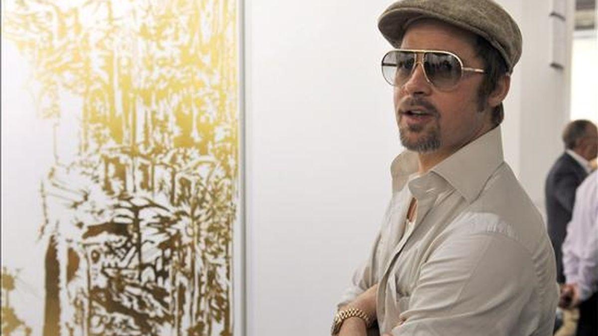 El actor estadounidense Brad Pitt posa delande de la obra 'End of knowledge', del artista estadounidense Jim Hodges, durante su visita a la exposición Art 40 Basel, en Basilea (Suiza). Art 40 Basel presenta obras de más de trescientas galerías de arte punteras de todo el mundo. Las obras de más de 2.500 artistas contemporáneos estarán expuestas entre el 10 y el 14 de junio. EFE