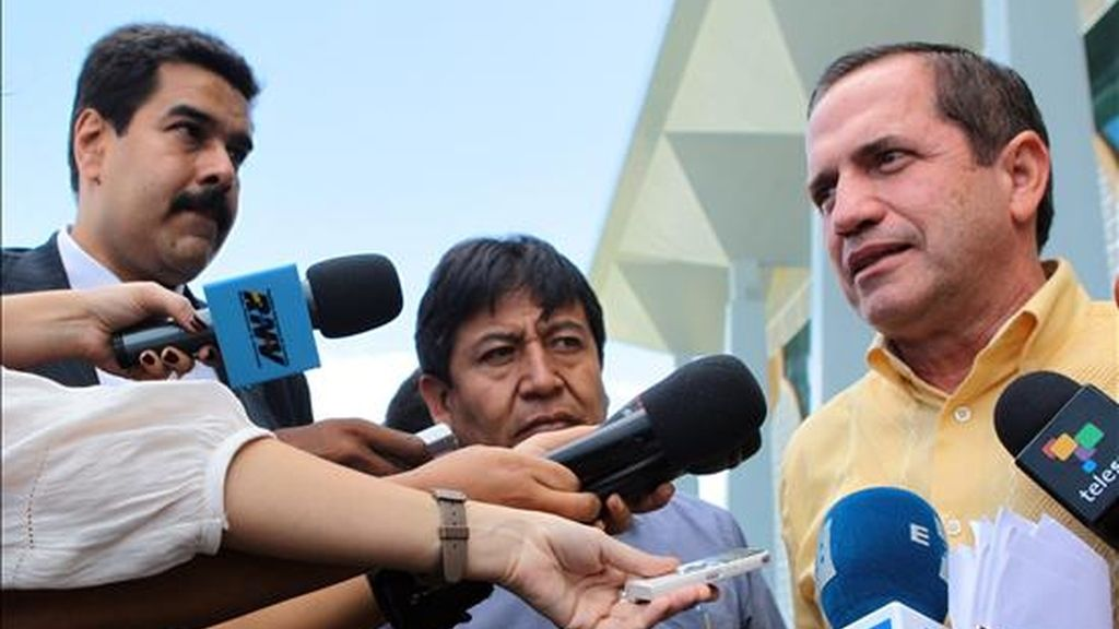 Los cancilleres de Ecuador, Ricardo Patiño (d); de Bolivia, David Choquehuanca (c) y de Venezuela, Nicolás Maduro (i), hablan con la prensa a su llegada este jueves al Centro de Conferencias en Georgetown (Guyana), donde tendrá lugar la Cumbre de la Unión de Naciones Suramericanas (Unasur). EFE