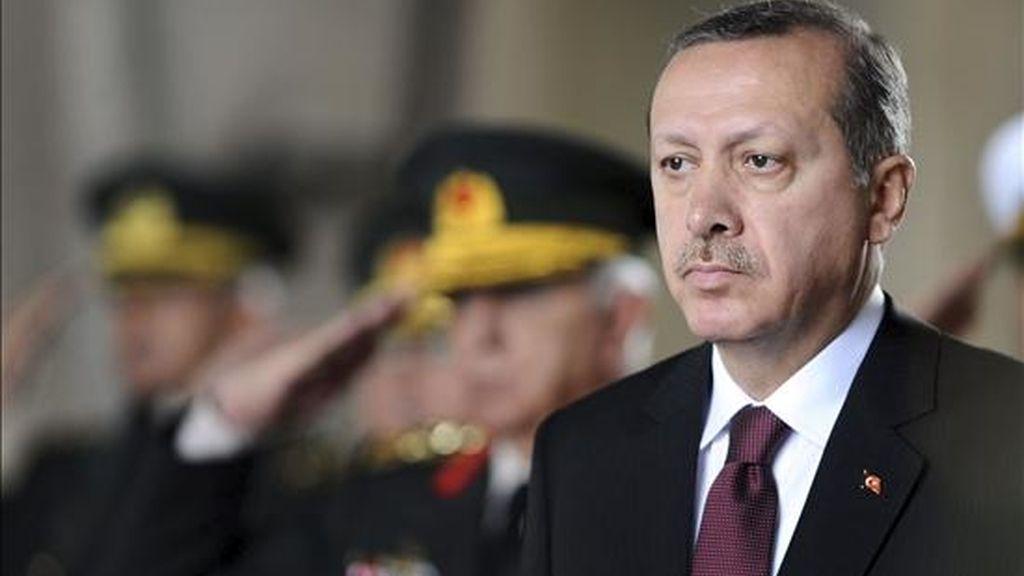 El primer ministro turco Recep Tayyip Erdogan, junto a miembros del Alto Consejo Militar, ayer en una ceremonia en el mausoleo de Mustafa Kemal Atartuk, en Ankara, Turquia. EFE