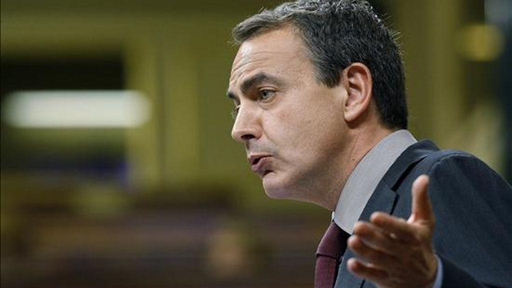 El presidente del Gobierno, José Luis Rodríguez Zapatero, durante su comparecencia esta tarde en el pleno del Congreso para explicar el deterioro de la economía española y el fuerte incremento del desempleo, en un debate en el que también se han tratado los problemas de financiación de empresas y familias. EFE