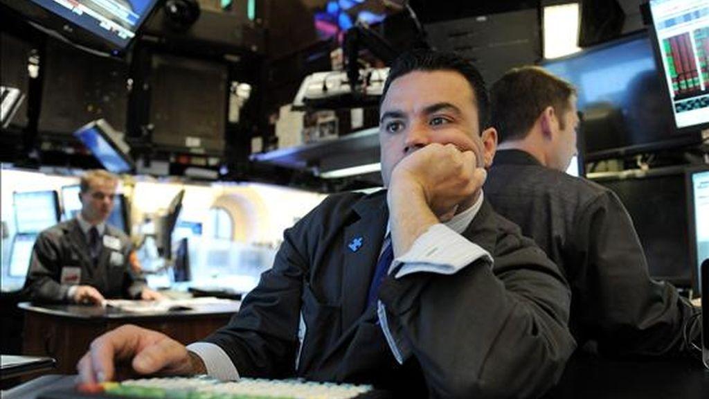 El principal indicador de la Bolsa de Nueva York, el Dow Jones de Industriales, terminó hoy con un mínimo descenso del 0,02%, después de haberse debatido durante toda la jornada entre avances y retrocesos, algo que ya le ocurrió el miércoles, cuando finalmente subió un 0,12% y el martes bajó un 0,03%. EFE/Archivo