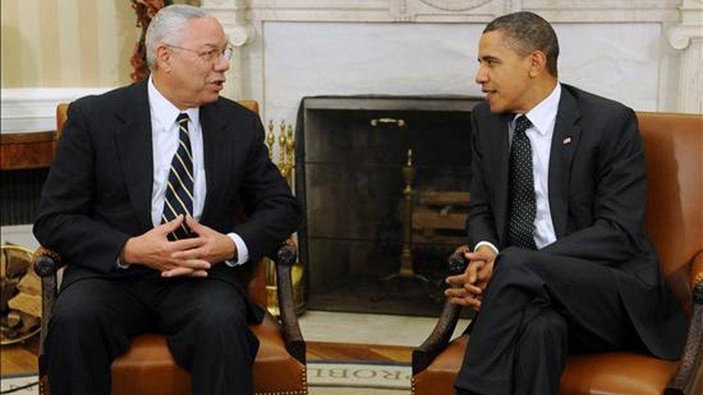 El presidente de EE.UU., Barack Obama (d), habla con el ex secretario de Estado Colin Powell (i) este 1 de diciembre la Casa Blanca en Washington, EE.UU., donde Obama afirmó que la incertidumbre sobre el armamento nuclear crea un mundo más peligroso, al abogar en favor del tratado de desarme nuclear START con Rusia. EFE