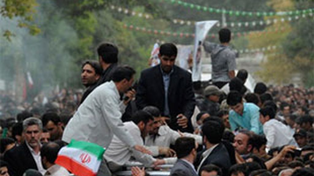 Ahmadineyad llegó hoy a la ciudad de Hamadan, en el oeste del país, para ofrecer un discurso dentro de una gira que realiza por diversas ciudades del país. FOTO: AP