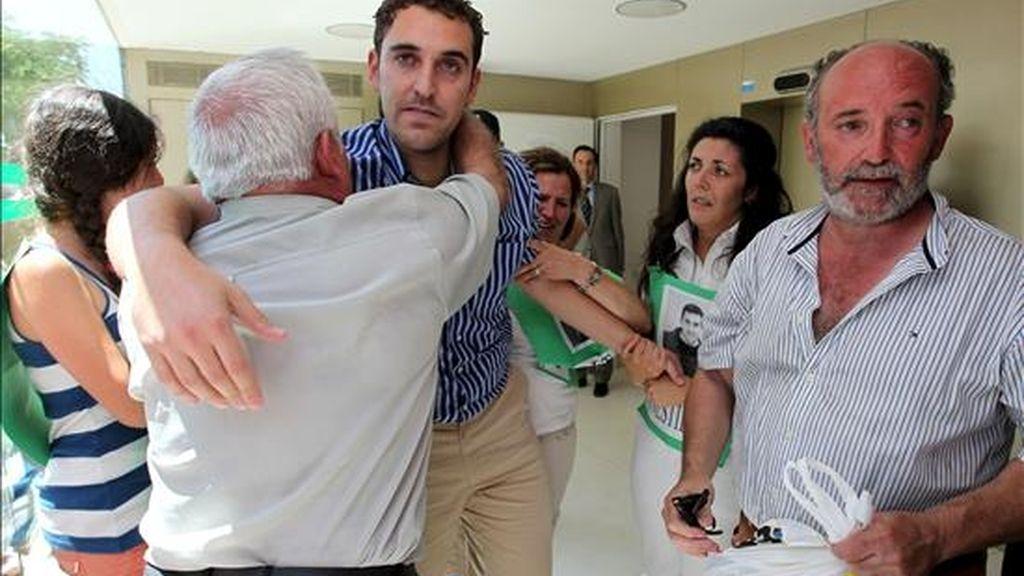 El alcalde de Villanueva de la Concepción (Málaga), Ernesto Silva (c), del grupo Foro Andaluz, se abraza con sus familiares después de pasar tres días detenido y prestar declaración ante el Juzgado de Primera Instancia e Instrucción nº 2 de Antequera y quedar en libertad con cargos. EFE