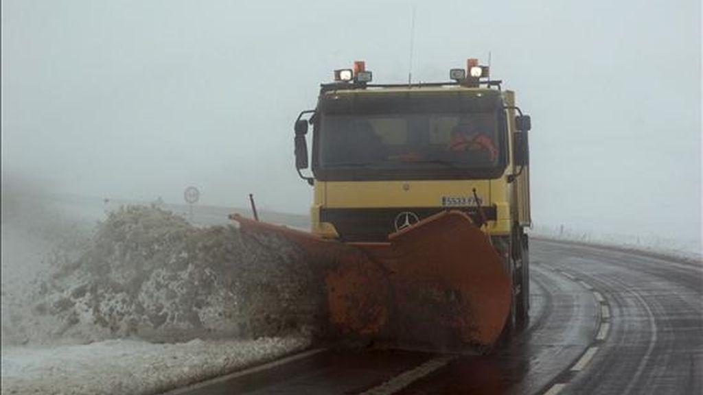 Un camión quitanieves en la carretera A-226 que une la ciudad de Teruel con Cantavieja. EFE