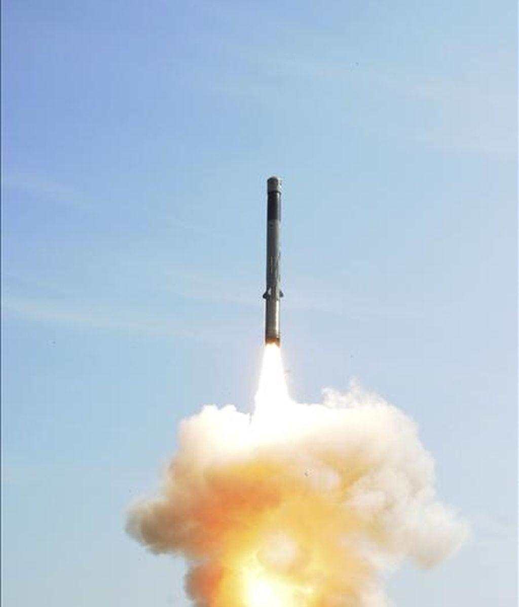 En la imagen, facilitada por la Organización de Investigación y Desarrollo en Defensa (DRDO), que muestra al nuevo el misil de crucero BrahMos durante su lanzamiento desde una plataforma móvil en la costa oriental de Orissa, India. EFE/Archivo