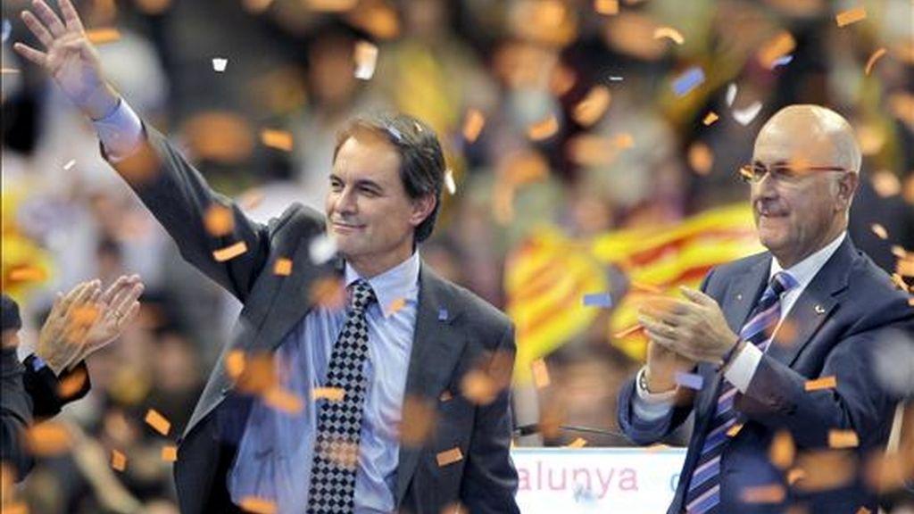 El candidato de Convergencia i Unió a la presidencia de la Generalitat, Artur Mas (i) y el secretario general del partido, Josep Antoni Duran Lleida (i), durante su intervención en el mitin final de campaña celebrado en el Palau Sant Jordi de Barcelona. EFE