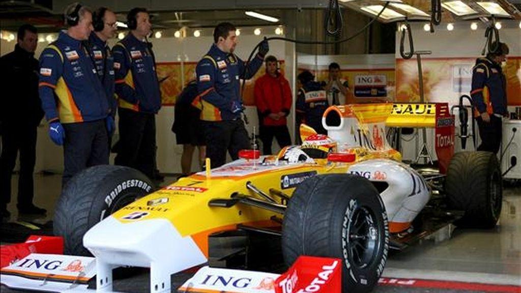 El piloto español de Fórmula Uno Fernando Alonso, de la escudería Renault, sale de boxes durante una sesión de pruebas. EFE/Archivo