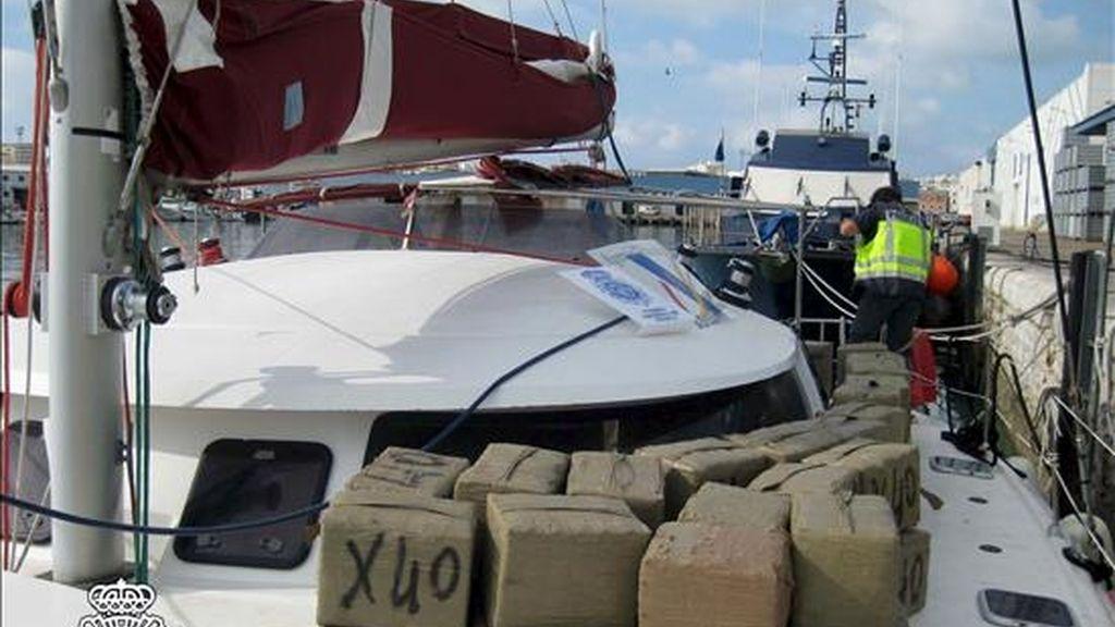 La Policía Nacional, con la colaboración británica, ha interceptado en alta mar un catamarán cargado con 3.200 kilos de hachís, que partió de Mallorca rumbo a Marruecos y con destino final a Inglaterra, y ha detenido a sus dos tripulantes, que pertenecían a una red de narcotráfico a gran escala. EFE