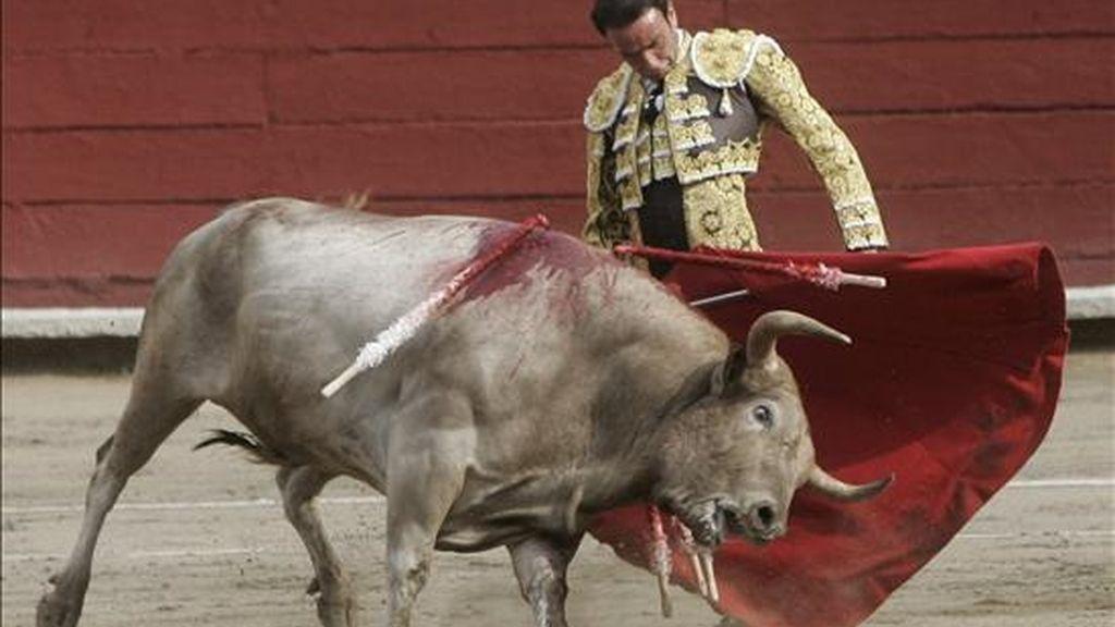 El torero español Enrique Ponce usa el capote el pasado 28 de noviembre de 2010, mientras participa en la Feria Señor de los Milagros en la Plaza de Acho en Lima (Perú). EFE/Archivo