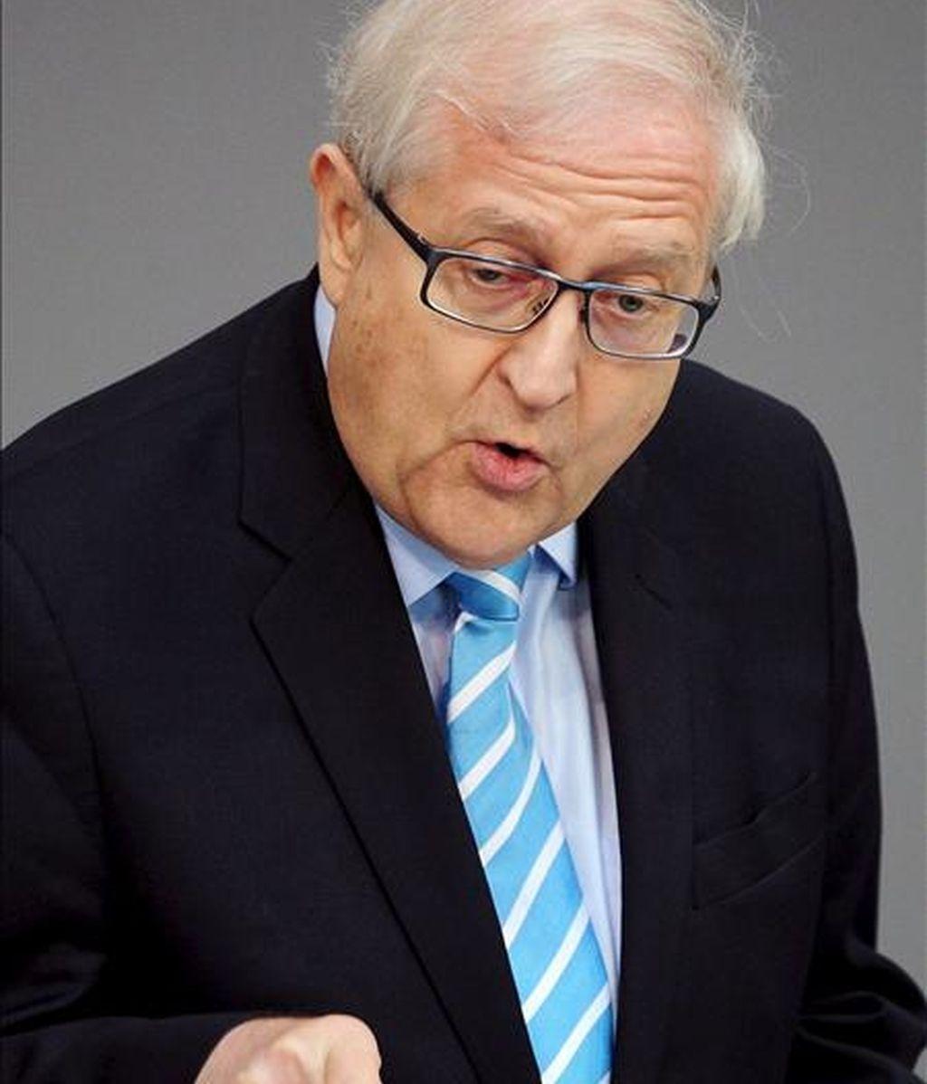 El ministro de Economía alemán, el liberal Rainer Brüderle, descartó hoy en Berlín que España y Portugal precisen recurrir al mecanismo de rescate de la Eurozona tal y como ocurrió con Irlanda la semana pasada. EFE/Archivo