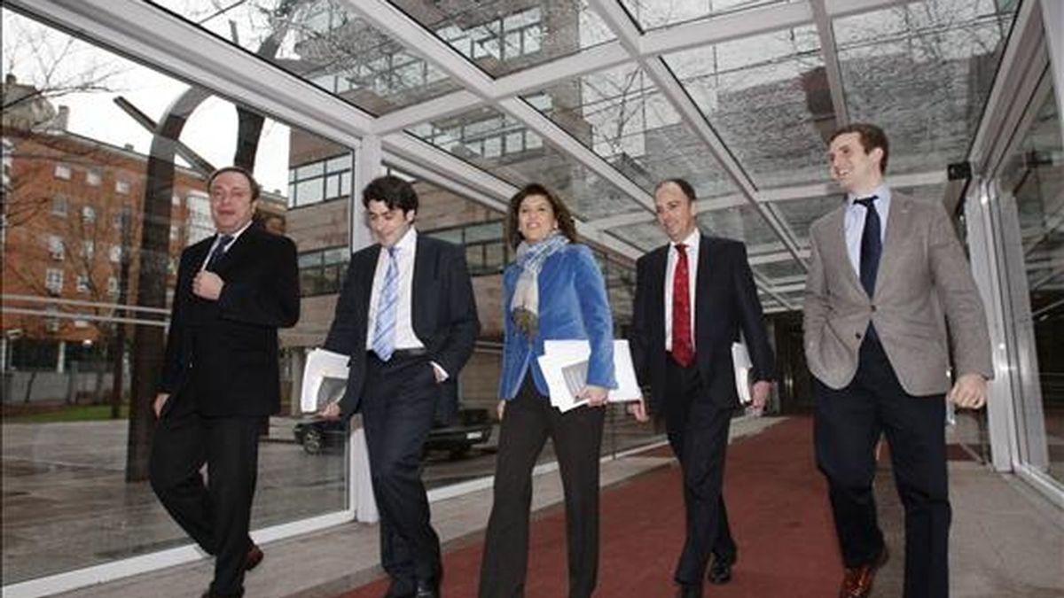 Juan Soler, David Pérez, Gádor Ongil, presidente de la Comisión, Benjamín Martin Vasco y Pablo Casado, todos del PP, de izda a dcha, en la Asamblea de Madrid. EFE/Archivo