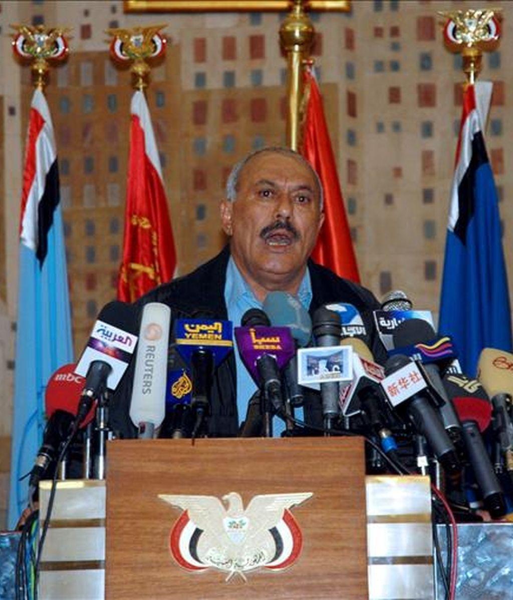 """En un comunicado, AI señala la existencia de un cable fechado en enero del 2010 en el que el presidente de Yemen, Ali Abdullah Saleh, supuestamente asegura al general estadounidense David Petraeus que su Gobierno """"continuará diciendo que las bombas son nuestras, no vuestras"""". En la imagen, el presidente yemení, Ali Abdullah Saleh. EFE/Archivo"""