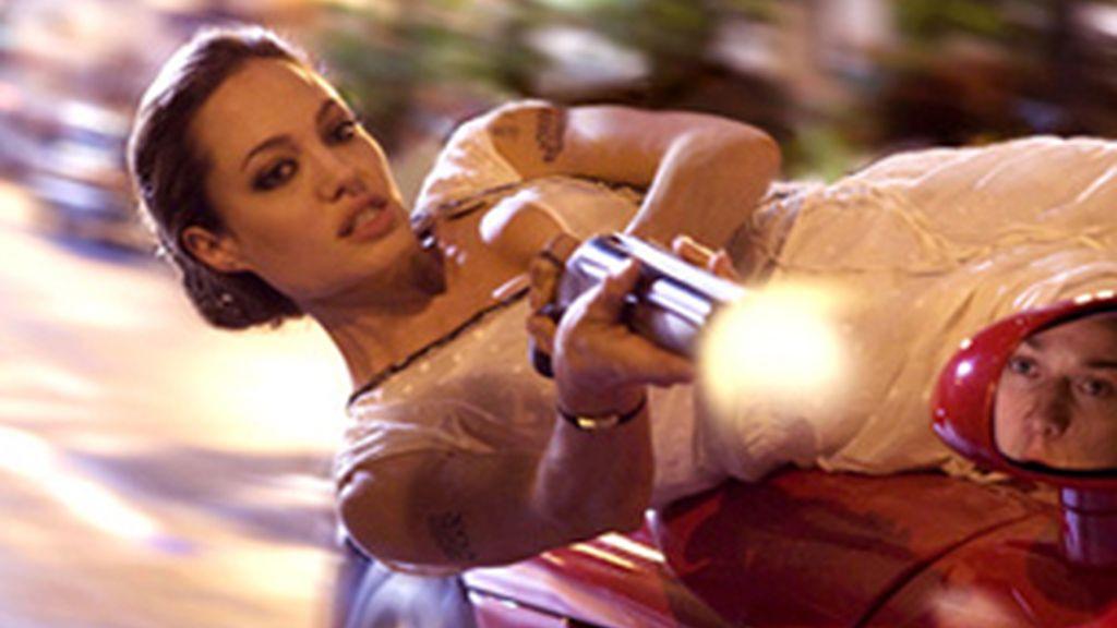 Angelina Jolie protagonizando una escena de acción en la película 'Wanted'.