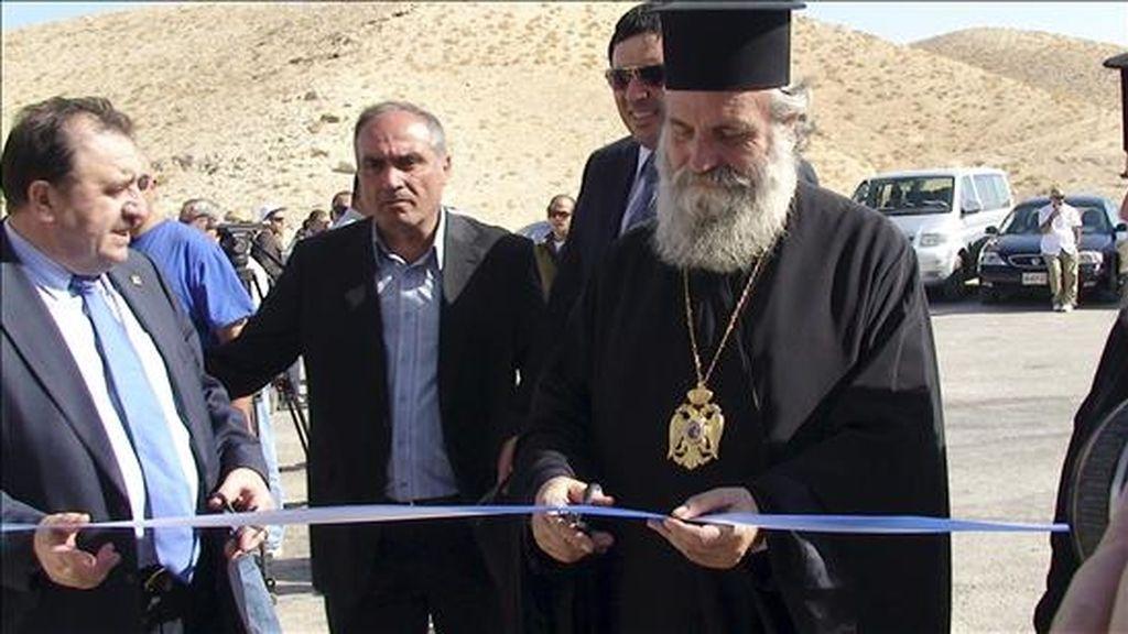 Momento de la inauguración por las autoridades israelíes y el Patriarcado Cristiano Greco-Ortodoxo de una pequeña ruta de acceso al Monasterio de San Jorge, en el territorio ocupado de Cisjordania, que ha generado la condena palestina. EFE