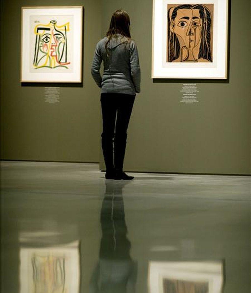 """Una joven contempla las obras de la exposición """"Picasso linograbador. Retratos de Jacqueline"""", una exposición en el Centro Cultural Bancaja de Valencia. EFE/Archivo"""
