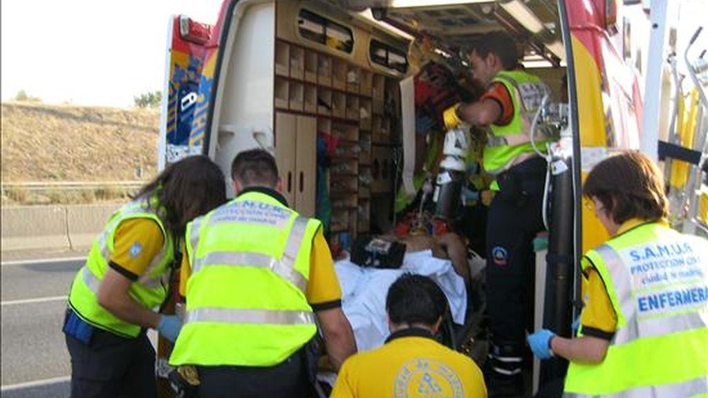 Miembros de los Servicios de Emergencias introducen en la ambulancia a un joven herido en un accidente. EFE/Archivo