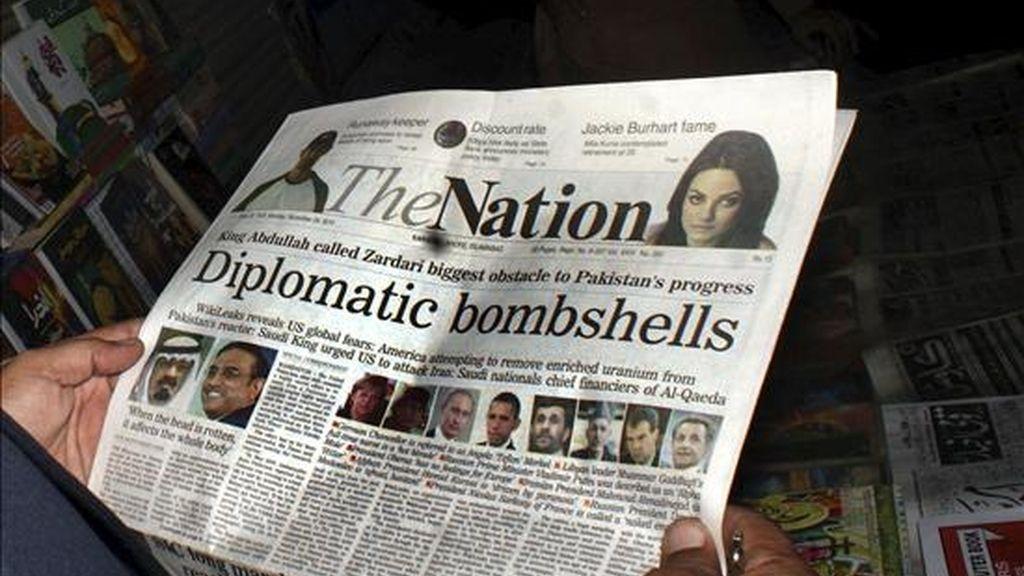 """Un hombre lee una copia del periódico paquistaní en inglés """"The Nation"""", que lleva en su portada la noticia de las nuevas filtraciones de la web Wikileaks, en un quiosco de periódicos en Hyderabad, Pakistán, el 29 de noviembre de 2010. EFE/Archivo"""