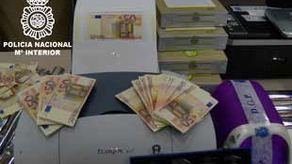 Imagen de los billetes falsos y el material incautado por la policía.