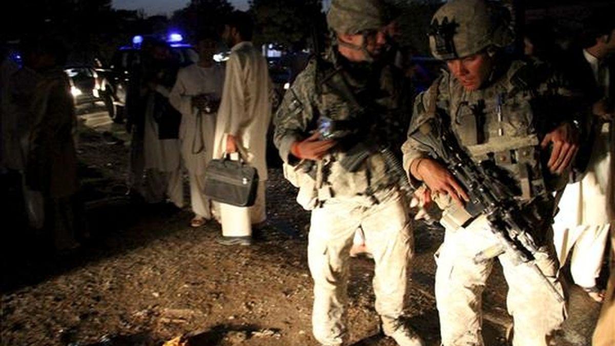 Soldados estadounidenses inspeccionan el lugar de un atentado, el pasado 2 de julio. EFE/Archivo