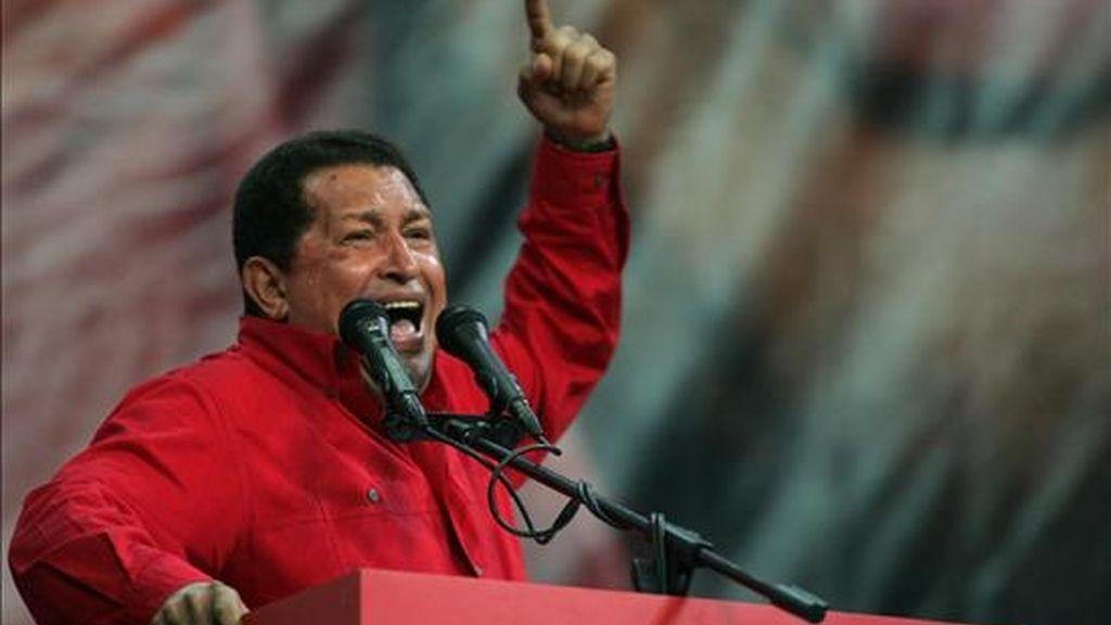 Hugo Chávez, el ex militar que lideró un fallido golpe de Estado en 1992, fue elegido por primera vez en diciembre de 1998, ratificado en el 2000, triunfó en un inédito referendo revocatorio en el 2004 y fue reelegido con más del 63 por ciento de los sufragios en 2006. EFE/Archivo