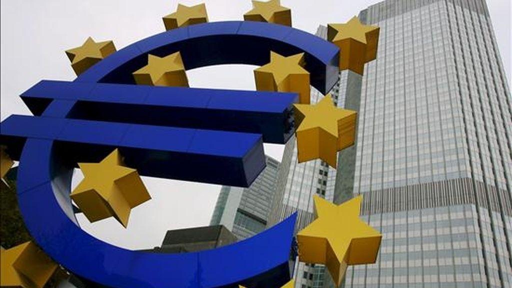Una escultura del símbolo del euro ante la sede del Banco Central Europeo hoy jueves 6 de noviembre en Fráncfort (Alemania). EFE/Archivo