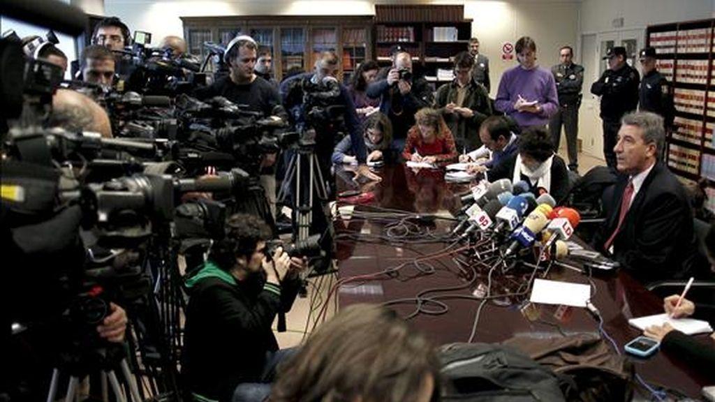 El fiscal jefe de la Audiencia madrileña, Eduardo Esteban (d) durante la rueda de prensa que ofreció ayer. EFE