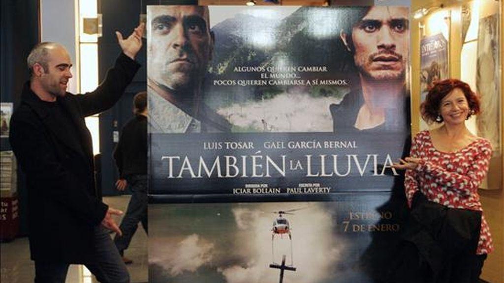 """La directora de cine Iciar Bollaín, posa junto al actor Luis Tosar, durante la presentación esta mañana en Barcelona de su nueva película """"También la lluvia"""", que representará a España en los Oscar, un filme que narra el conflicto social surgido por el uso del agua en Bolivia durante el rodaje sobre el descubrimiento de América. EFE"""
